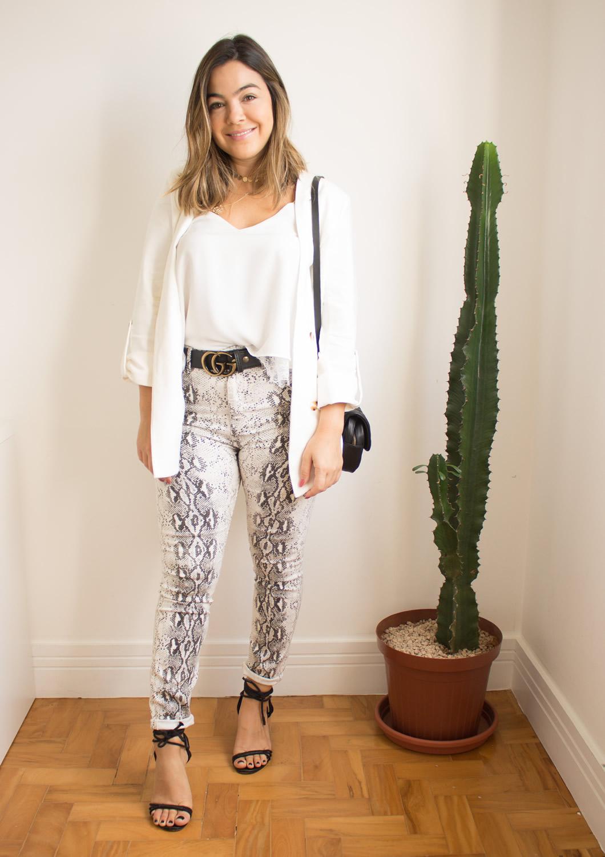 Look do dia calça de cobra, look calça estampa de cobra, look com blazer branco, blazer branco, blazer com calça, blazer calça de cobra