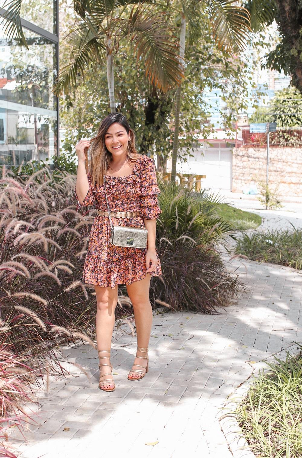 Look Vestido Florido, vestido com flor, vestido florido, vestido manga curta, vestido manga 3/4, look vestido curto,  vestido curto, sandália dourada, look com sandalia dourada