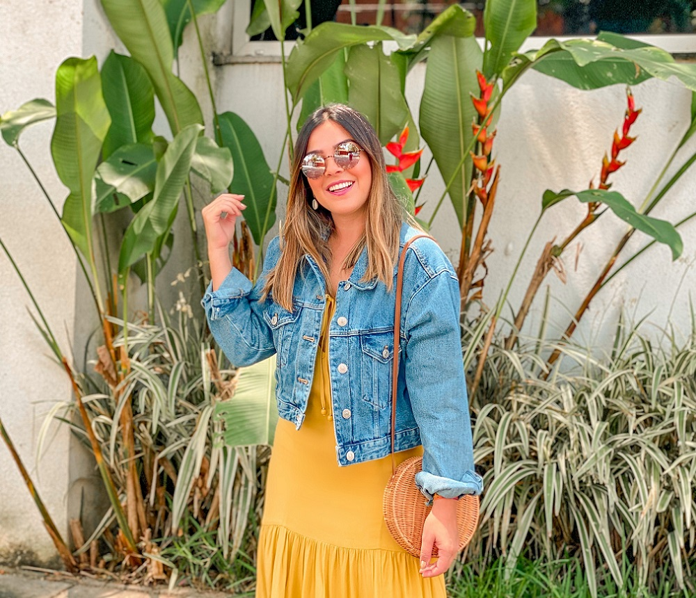 look vestido e jaqueta, look vestido com jaqueta, look jaqueta jeans, jaqueta jeans zara, vestido amarelo, look com vestido amarelo, look com vestido, vestido maria filo, maria filo, jaqueta jeans, sandália dourada