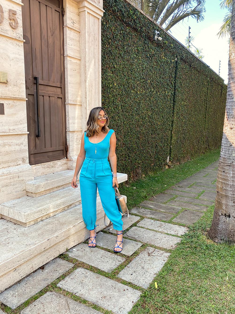 look monocromático, look azul, look todo azul, look azul céu, look azul monocromático, look azul, look calça helena, calça helena, look calça helena nv, look calça helena by nv, colar de peixe, colar peixe, Miss La Acessórios, óculos amaro, look sandália azul, look sandália azul amaro, sandália azul amaro, NV, by NV, par par bags, bolsa par par bags, look body azul NV, body azul, body NV, look body tricot, look bolsa metalizada, bolsa metalizada, look body tricot maya, look tricot maya